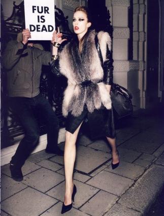 Reality Show. Por Carine Roitfeld, fotografía Mario Testino. Vogue, agosto de 2008. © Condé Nast Publications.